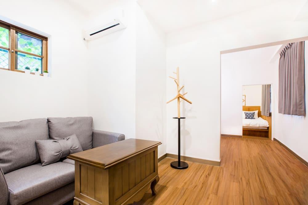 Deluxe Quadruple Room, 1 Bedroom, Non Smoking, Ensuite - Living Room