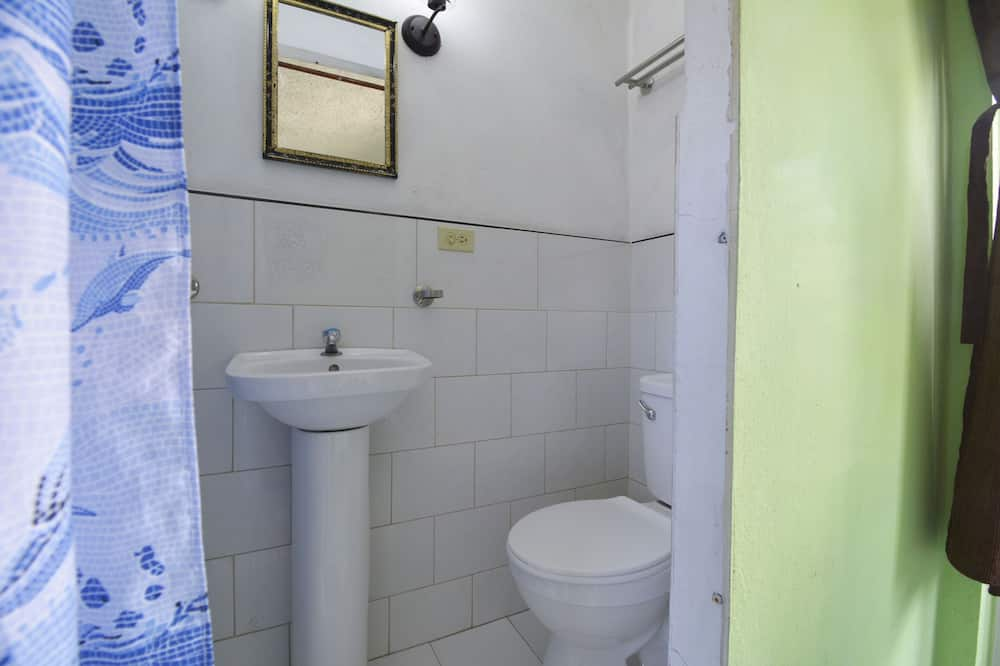 标准三人房 - 浴室