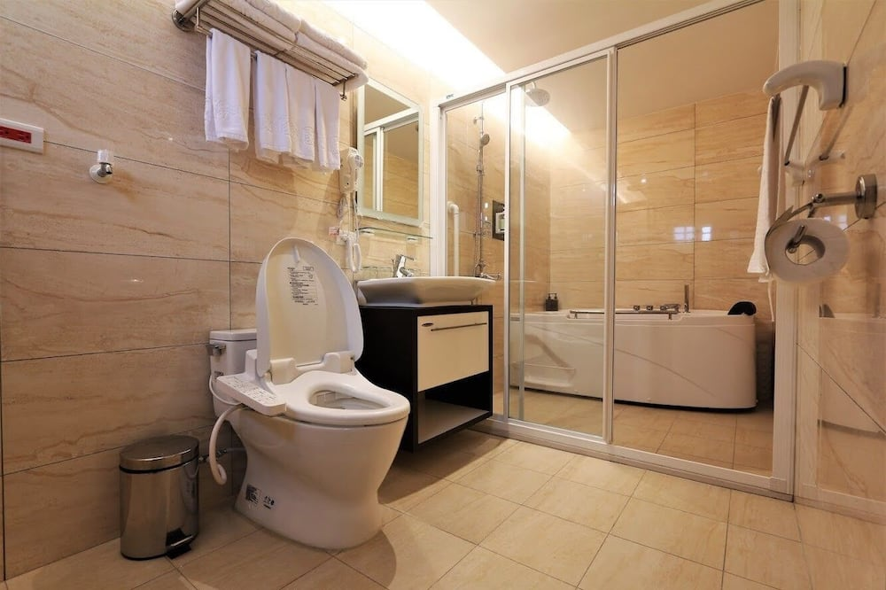 Grand Twin Room, 1 Double Bed and 1 Queen Bed - Bathroom