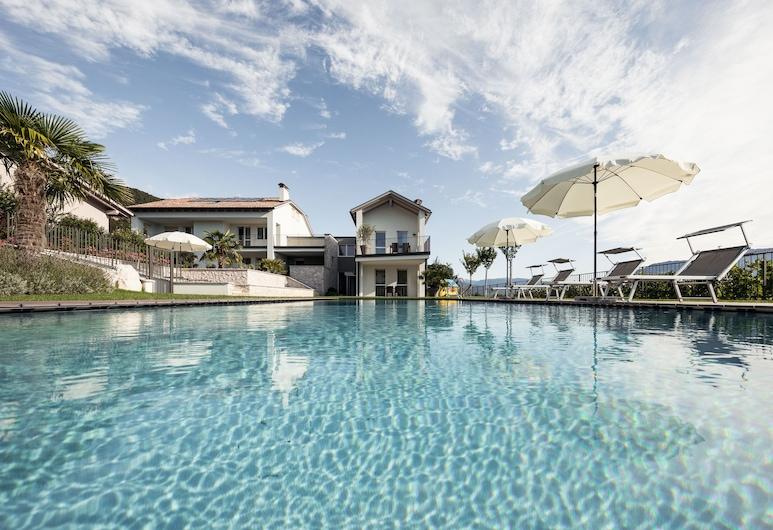 尤瑟夫多夫飯店, 卡爾達羅蘇拉斯特拉達德爾維諾, 室外游泳池