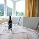 شقة كلاسيكية - تناول الطعام داخل الغرفة