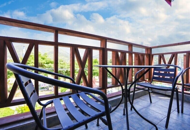 Namhae Sea & Blue Pension, Namhae, Sapphire (Extra person fee charged on spot), Terasa