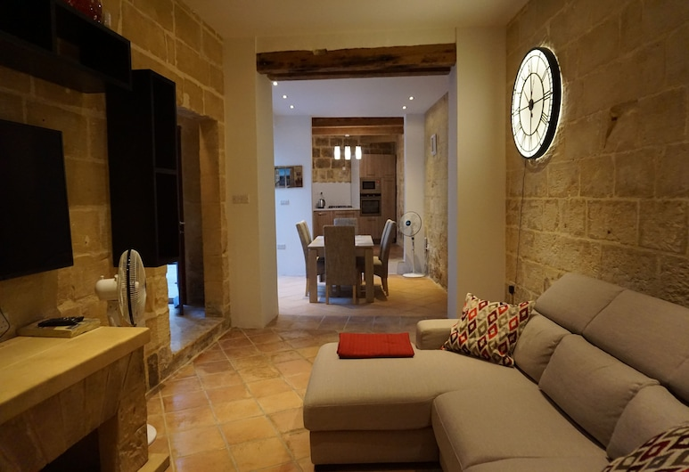 Traditional Town House in Qrendi With Private Pool, Qrendi, Phòng khách
