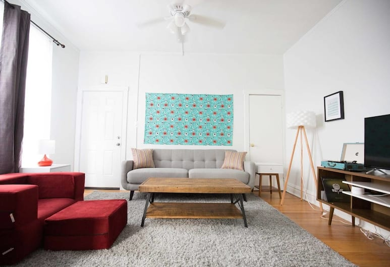 Lovely Logan Square Gem - 3bd w/ Parking and Yard!, Chicago