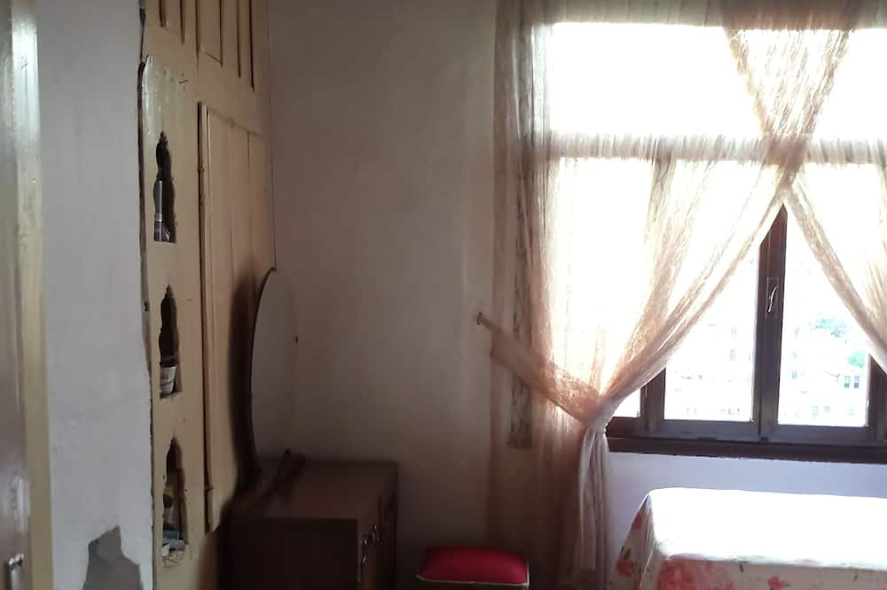 Двухместный номер «Эконом» с 2 односпальными кроватями, для некурящих, вид на город - Зона гостиной