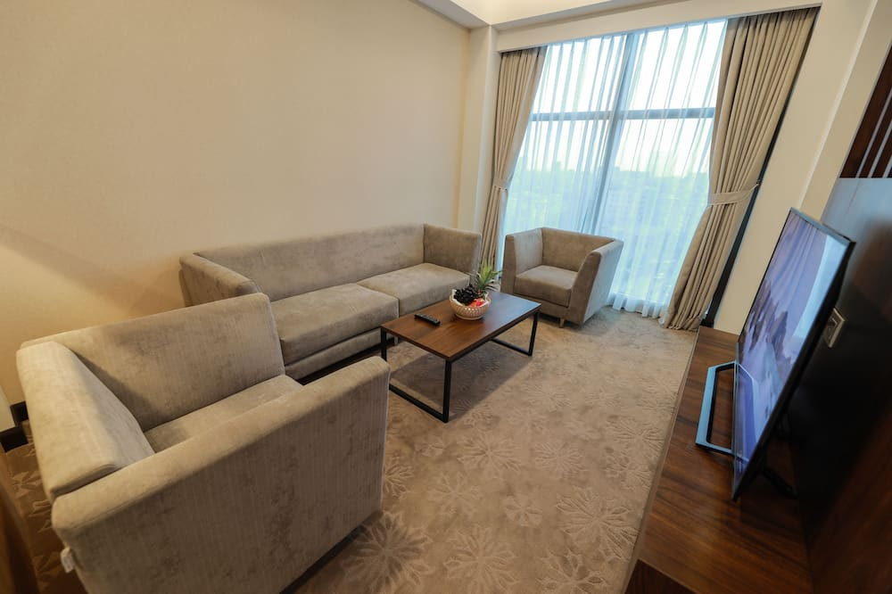 Business Suite, 1 Double Bed, Non Smoking, City View - Living Area