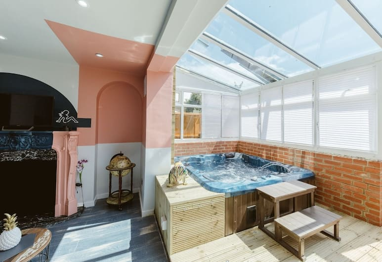 River House With Hot Tub, London, Pool
