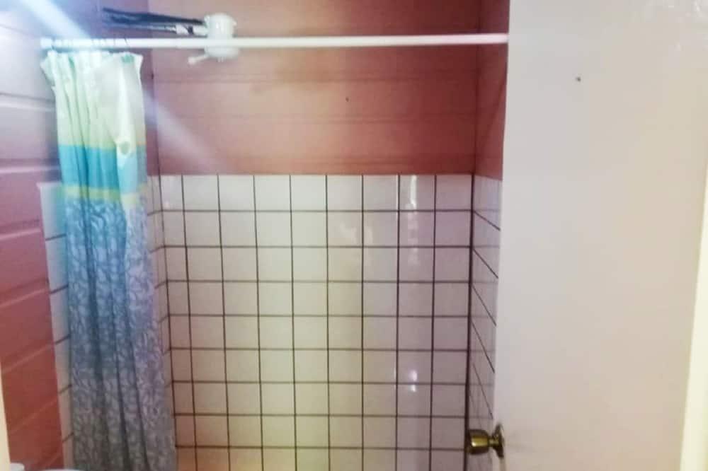 Vasarnamis šeimai, Kelios lovos - Vonios kambarys