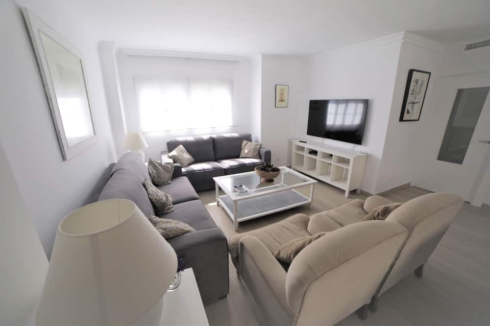 Basic Apartment, 3 Bedrooms - Living Room