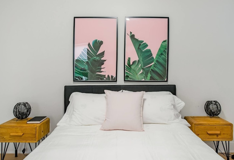 Cool and Comfortable 2 Bedroom Den, Montreal
