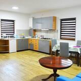 דירה, מרפסת, נוף לגן (Sara) - אזור אוכל בחדר
