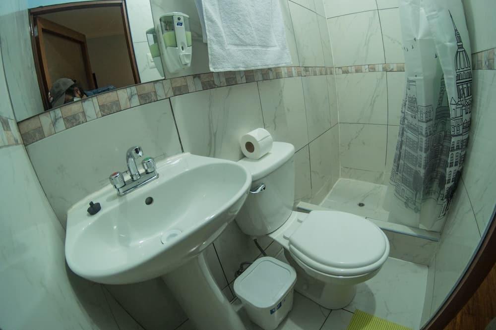 Chambre Quadruple, plusieurs lits - Salle de bain