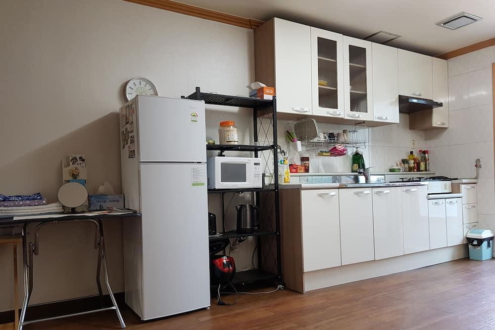 Kambarys su pagrindiniais patogumais, 2 miegamieji - Bendra virtuvė