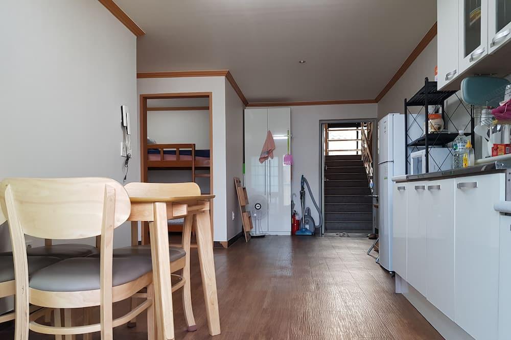 Kambarys su pagrindiniais patogumais, 2 miegamieji - Svetainės zona