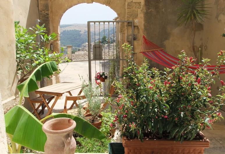 B&B A' naca, Ragusa, Family Apartment, Hill View, Courtyard Area, Terrace/Patio