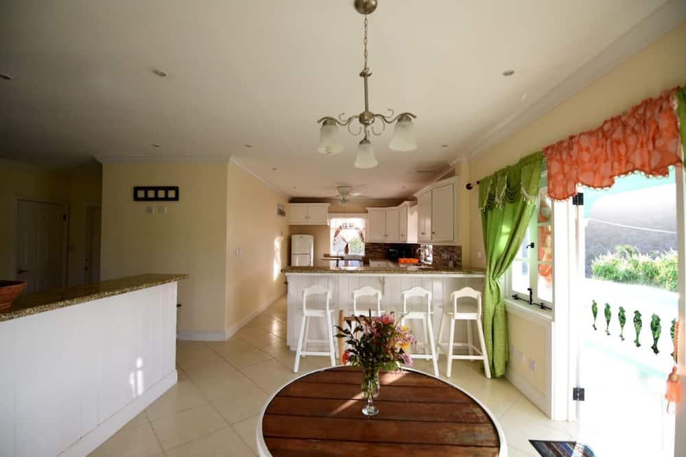 Deluxe Room, Private Bathroom, Garden View - Living Area