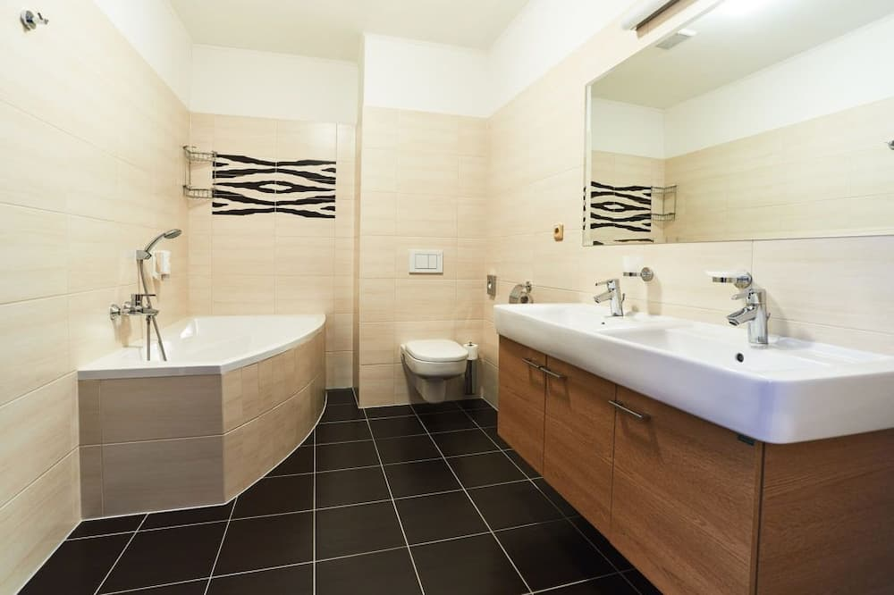 Familien-Suite, Verbindungszimmer - Badezimmer