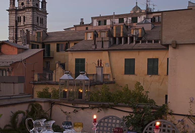 Sui tetti del centro di Genova, Genova, Dinerruimte buiten