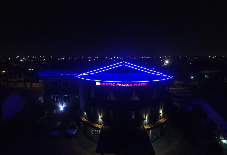 Exotic Palace Hotel, Akra, Viešbučio fasadas vakare / naktį