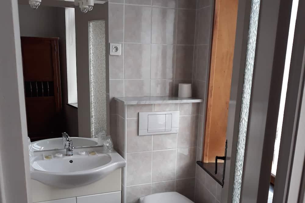 Szoba kétszemélyes ággyal, fürdőszobával, kilátással a városra - Fürdőszoba