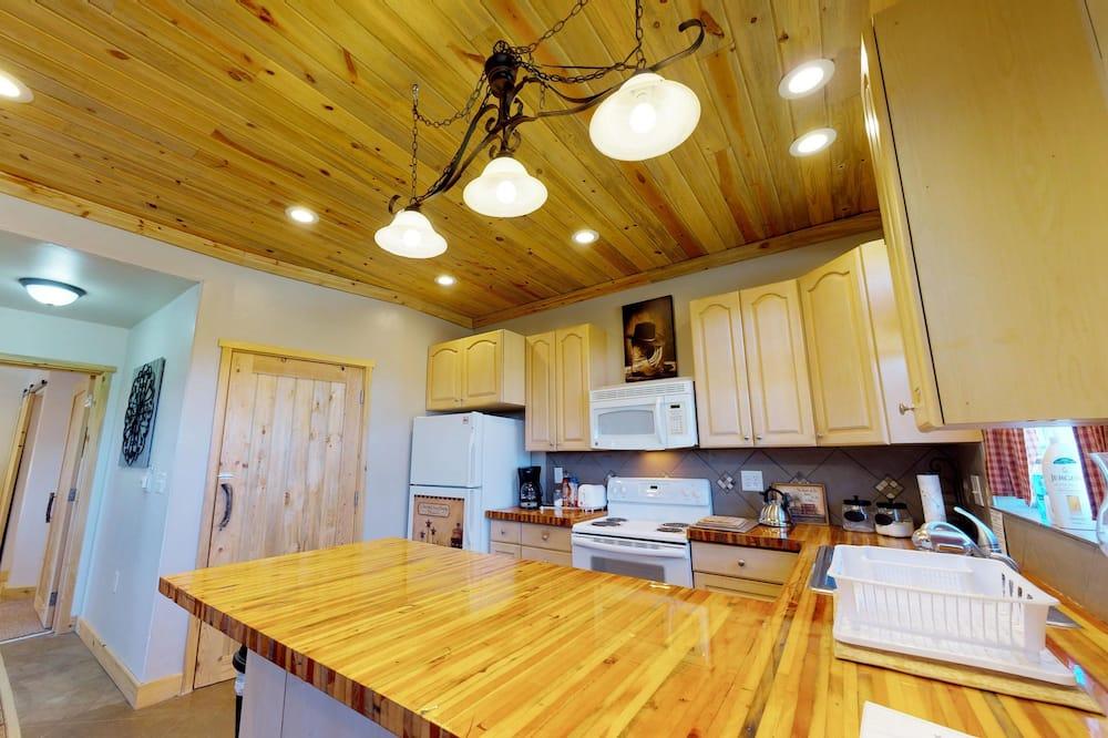 Namiņš (Secluded Cedars Cottage w/ Stunning N) - Numura ēdamzona