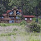 Es una cabaña para relajarse, con grandes espacios y amplios jardines, Tapalpa