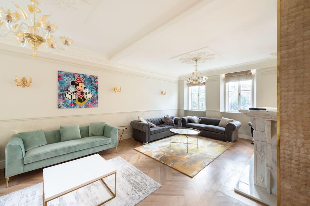 Luxury Apartment (Modern Luxurious 3 Bedroom Ensuite) - Living Area