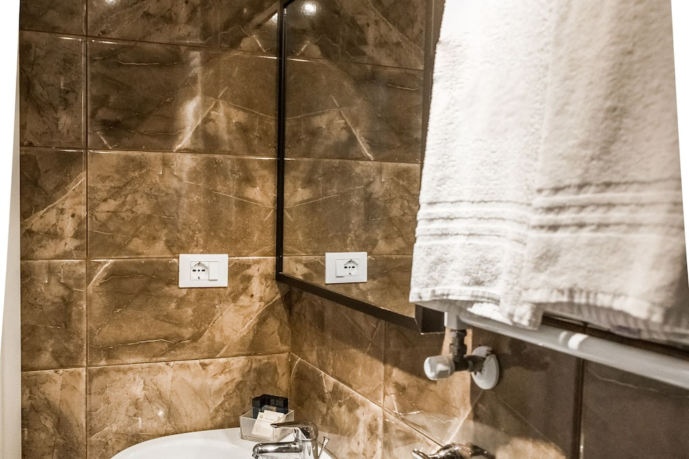 Classic Double Room, Jetted Tub - Bathroom