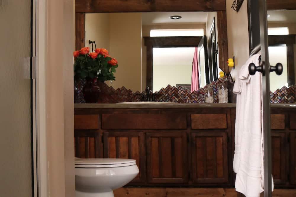 Liukso klasės dvivietis kambarys, 1 didelė dvigulė lova, Nerūkantiesiems, atskiras vonios kambarys - Vonios kambarys