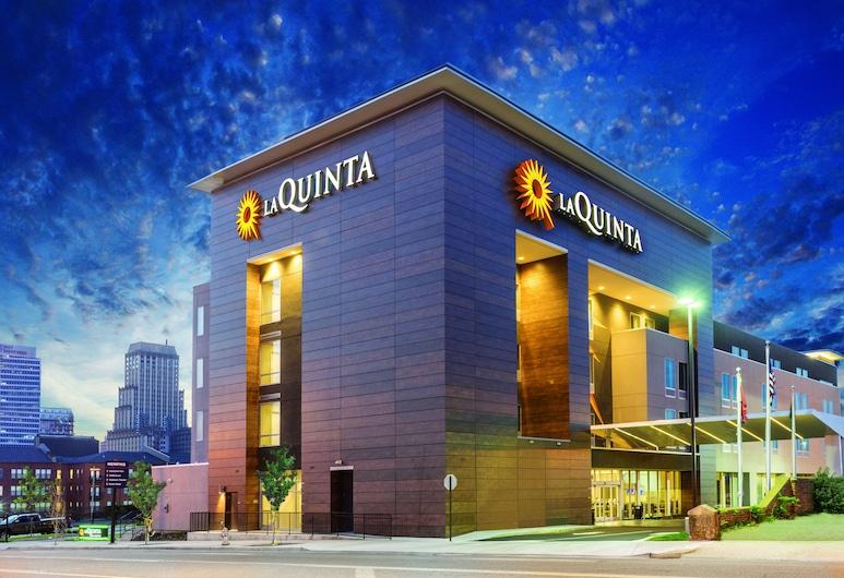 La Quinta Inn & Suites by Wyndham Orlando - IDrive Theme Parks, Orlando, Hotel Front – Evening/Night