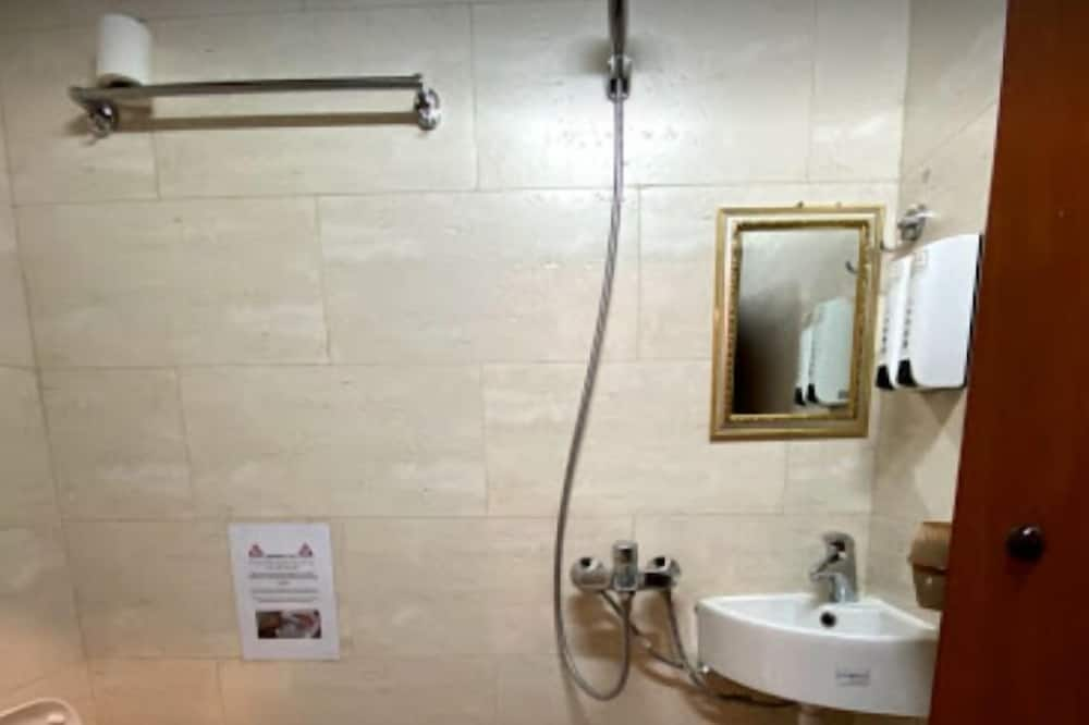 Phòng đôi hoặc 2 giường đơn truyền thống - Phòng tắm