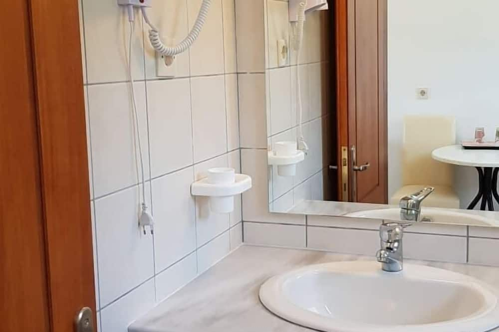 Classic Double or Twin Room, Mountain View - Bathroom