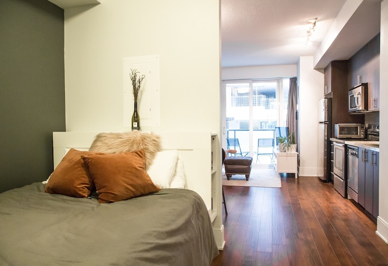1 Bedroom Flat With Balcony in Fashion District, Toronto, Kamer