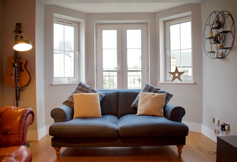 Large 2 Bedroom Flat in Leith With Free Parking, Edinburgh, Woonkamer