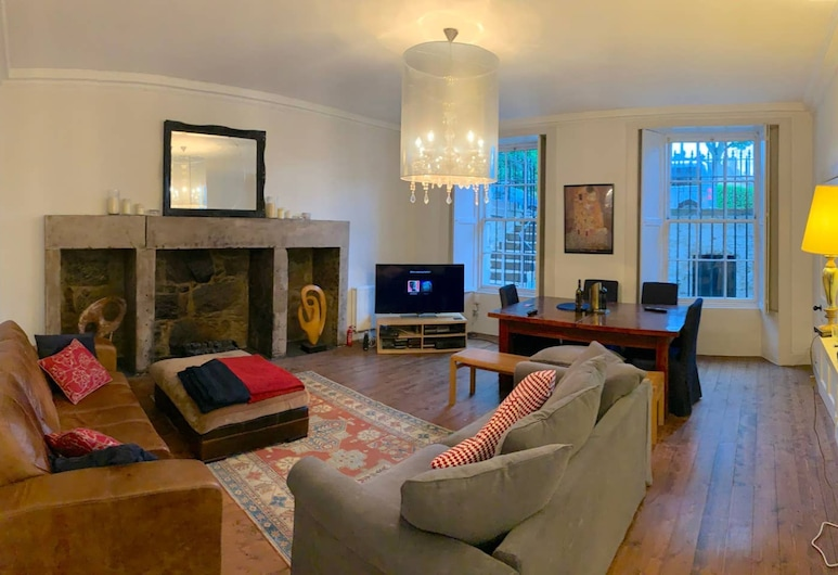 Spacious New Town Flat in City Centre, Edinburgh, Woonkamer