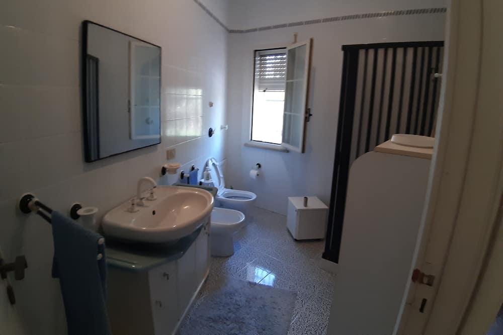 Chambre Triple Deluxe, salle de bains commune - Salle de bain