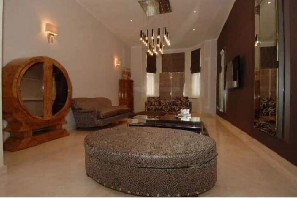 Seven-Bedroom Victorian House - Living Room