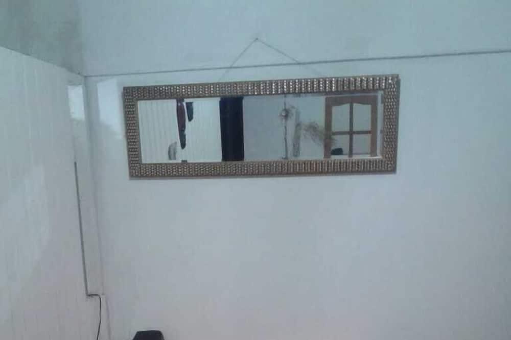 غرفة مزدوجة - سرير مزدوج - بحمام مشترك - تناول الطعام داخل الغرفة