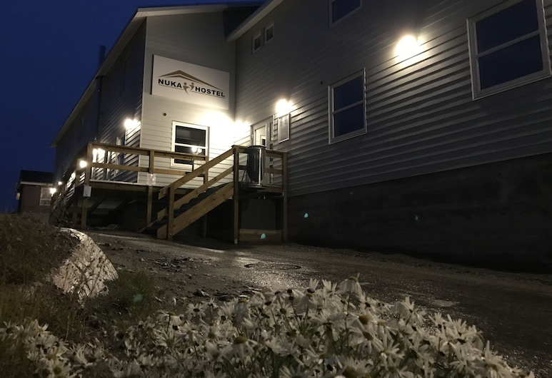 Nuka Hostel, Ilulissat, Voorkant hotel - avond/nacht
