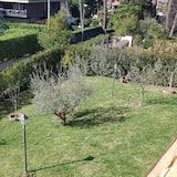 Tvåbäddsrum - delat badrum - Utsikt mot trädgården