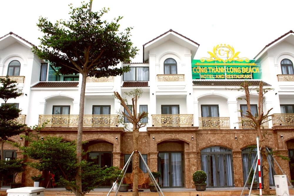 ด้านหน้าของโรงแรม