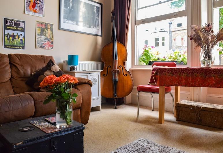 Musical 2 Bedroom Flat by Abbey Road Studios, London, Elutuba