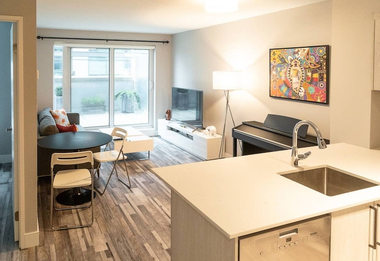 Renovated Downtown Toronto Apartment With Balcony, Toronto, Room
