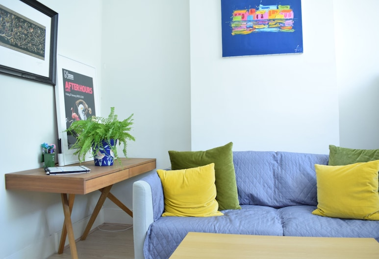 Bright 2 Bedroom Apartment With Private Patio, Londyn, Salon