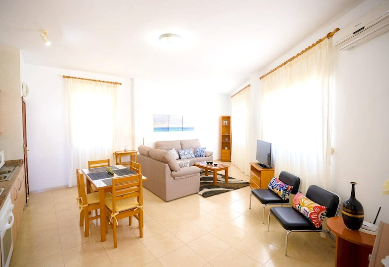 Apartment With 2 Bedrooms in Alcúdia, With Furnished Terrace and Wifi - 100 m From the Beach, Alcudia, Nappali