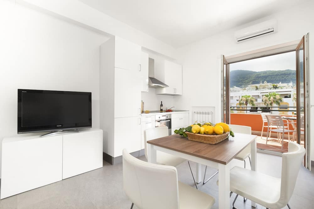 Traditional Apartment, 1 Bedroom, Terrace, City View - In-Room Dining