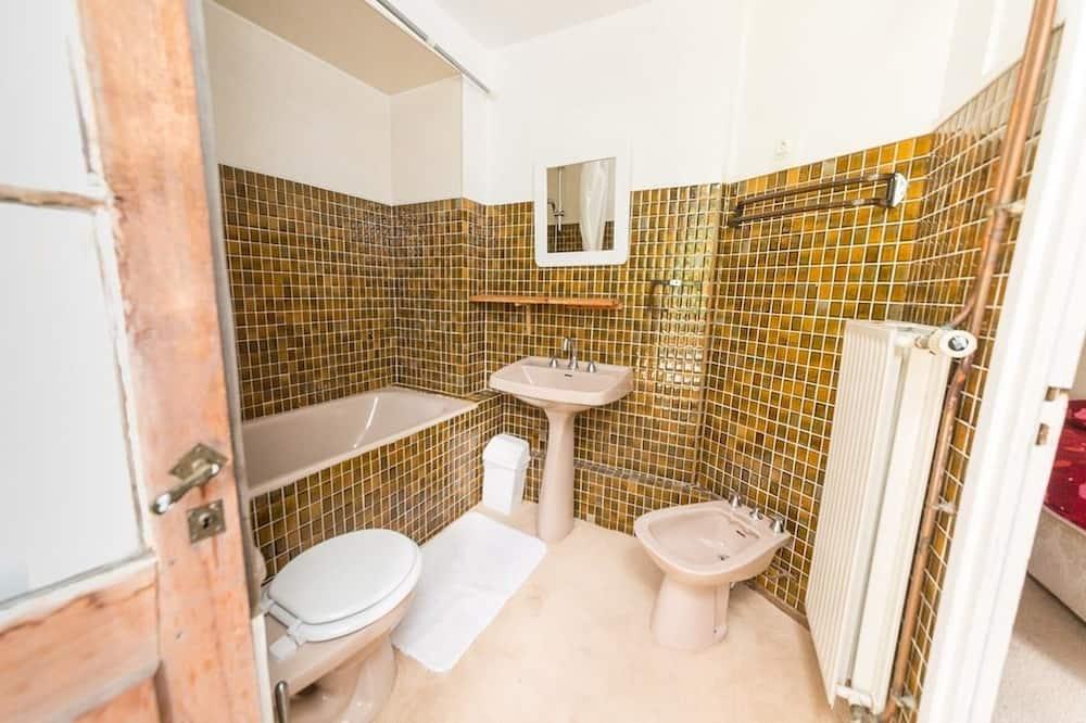 Phòng đôi hoặc 2 giường đơn tiện nghi đơn giản, Ban công - Phòng tắm