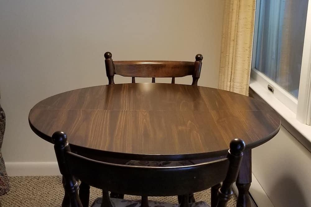 חדר סופריור, מיטת קינג, ללא עישון - אזור אוכל בחדר