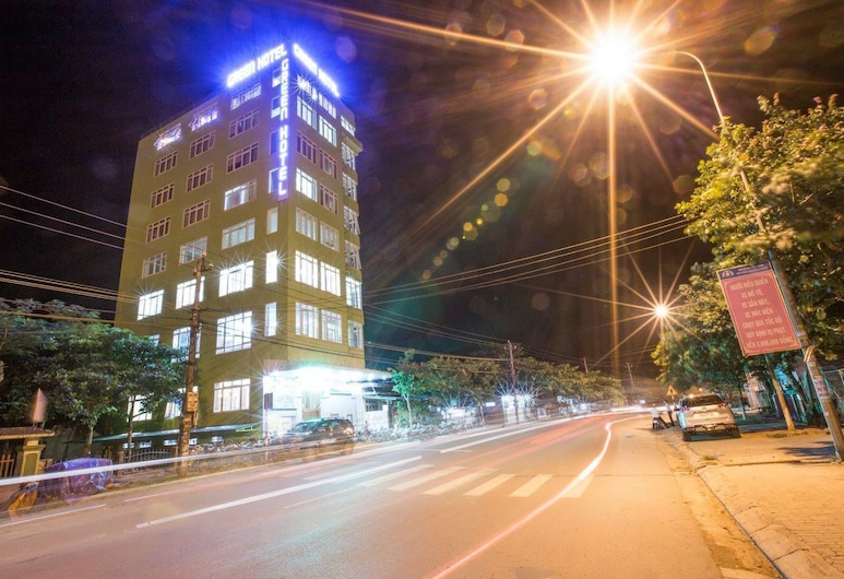 Green Hotel, Huong Hoa, Fasada hotelu — wieczorem/nocą
