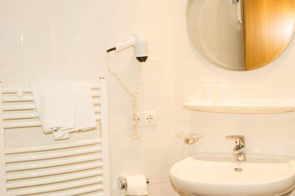 Basic Double or Twin Room - Bathroom
